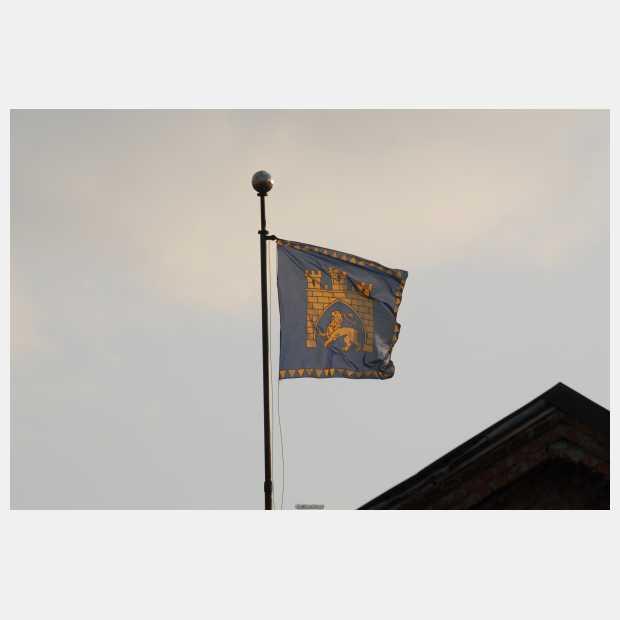 прапор над входом в Ратушу